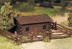 Bachmann Plasticville 45982 O SCALE LOG CABIN WITH RUSTIC FENCENEW