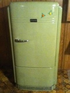 HOLY HOTPOINT! VINTAGE HOTPOINT REFRIGERATOR FROM 1939/1940 (& IT