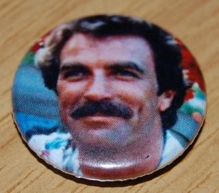 MAGNUM PI 25MM BUTTON BADGE RETRO TV 80s NOSTALGIA TOM SELLECK