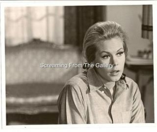 ELIZABETH MONTGOMERY HAND SIGNED RECEIPT DATED 1975 SIGNED IN FULL IN