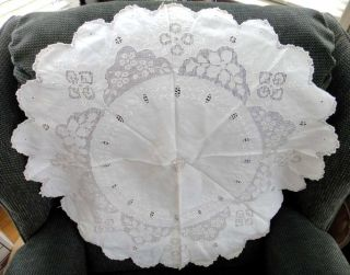 VICTORIAN CROCHETED ROUND TABLE CENTERPIECE DOILY 27 inch A MONOGRAM
