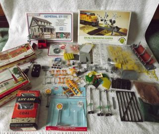 LARGE LOT OF HO SCALE BUILDINGS AND ACCESSORIES PLASTICVILLE TYCO